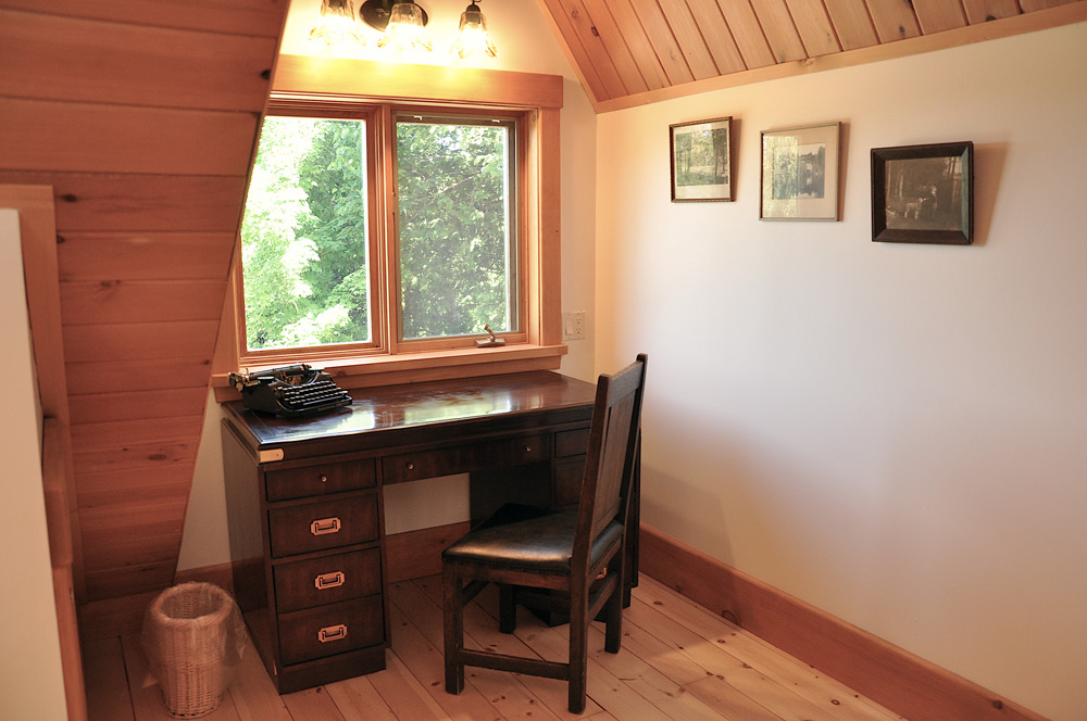 28-Writing-nook-with-library