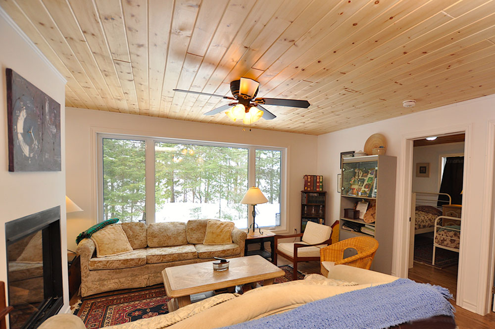 Haliburton Cottage - 12 Mile Lake - The Cumfy Cottage - Livingroom- with lake view