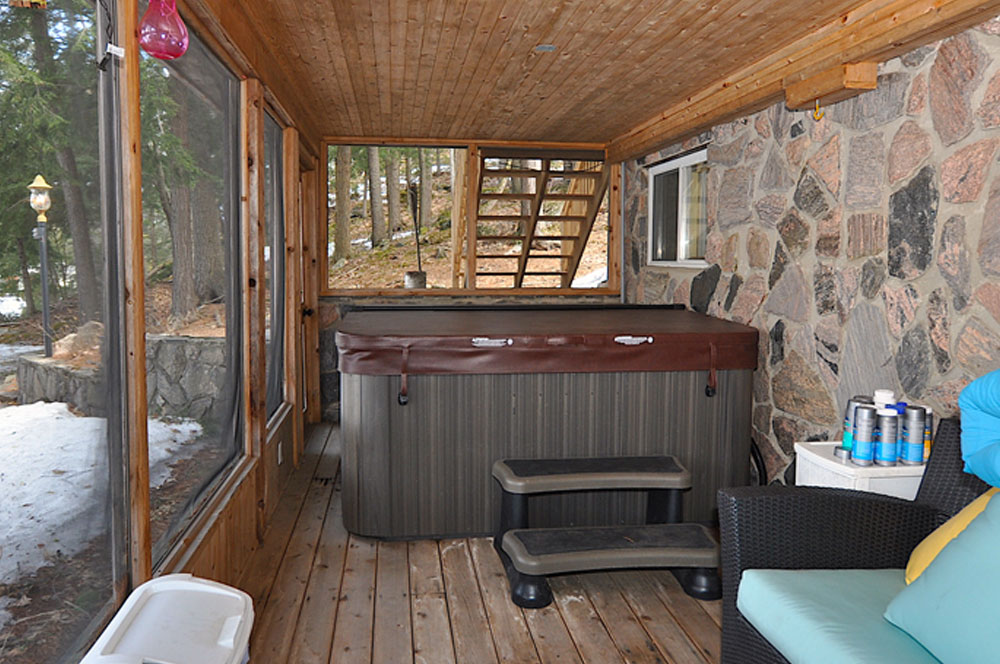 28 Hot-Tub-in-Muskoka-room