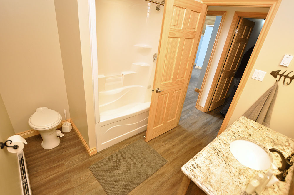 22-Upper-level-bathroom