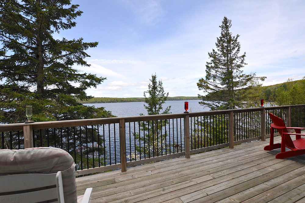 24-Front-deck-overlooking-Mountain-Lake