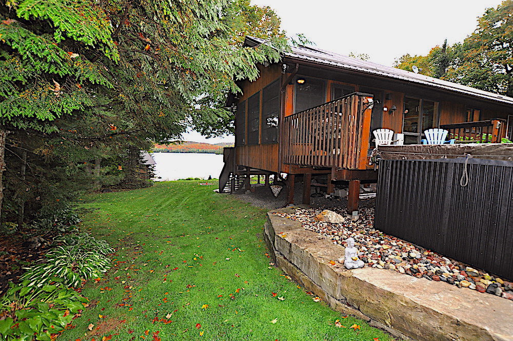 Monmouth Lake Big Cedar Accessible Entry to Yard:Waterfront (no stairs)