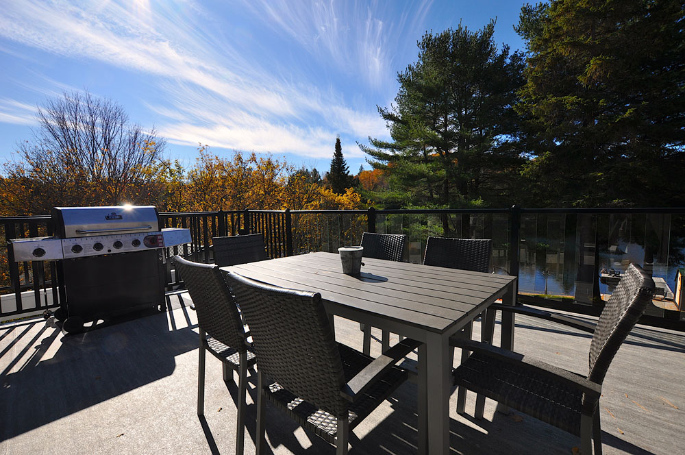 Bentley Lake Edgewater Escape  Deck-dining