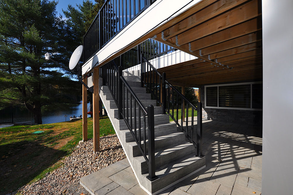 Bentley Lake Edgewater Escape  Steps-to-the-main-deck