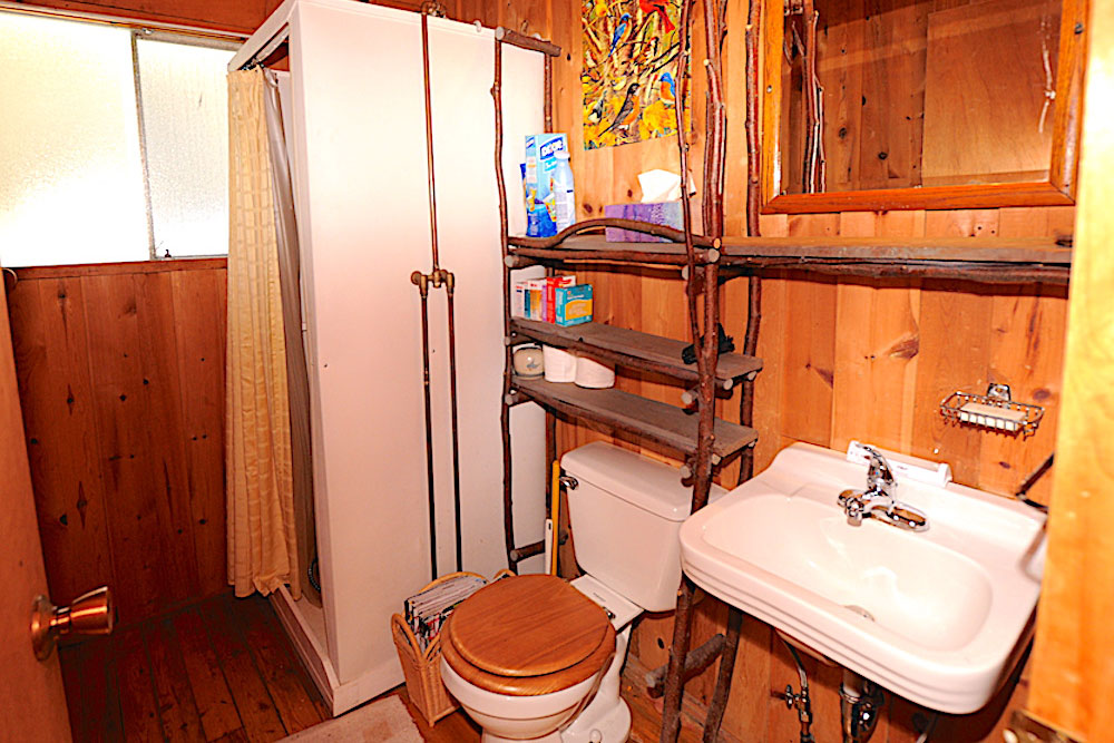Kennisis Lake - Hideaway Bay - three piece bathroom
