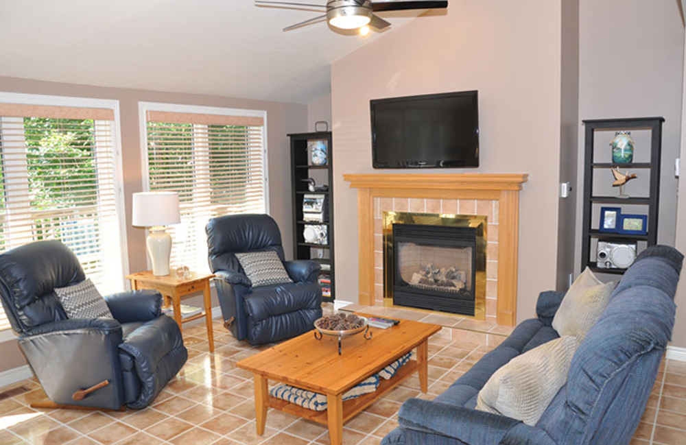 Haliburton Cottage - Soyers Lake Serenity - Living Room