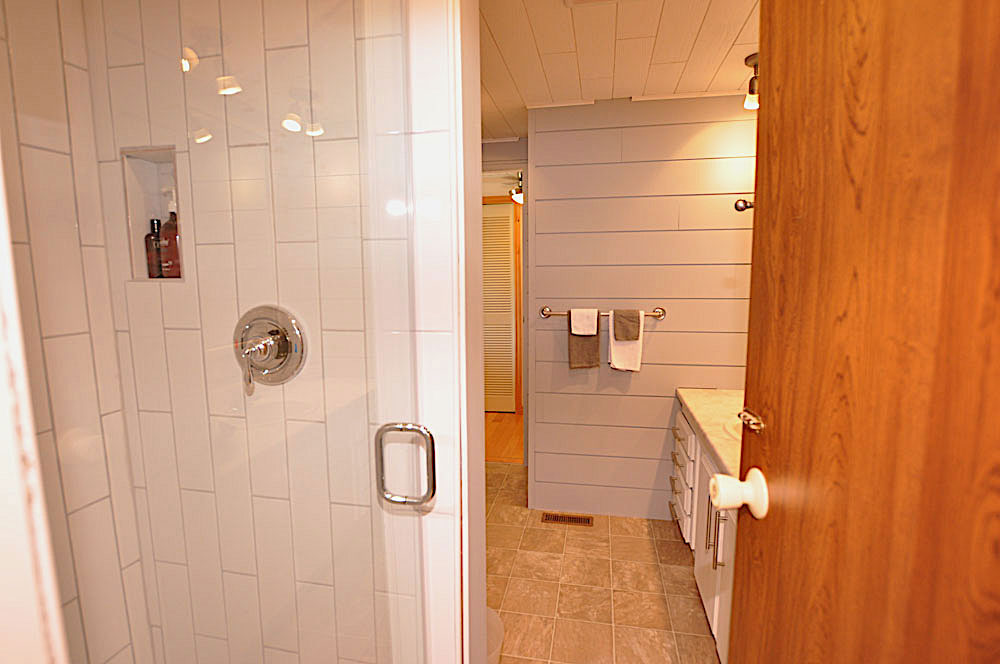 21 Bedroom-2-ensuite-with-door-from-the-hall-way-as-well