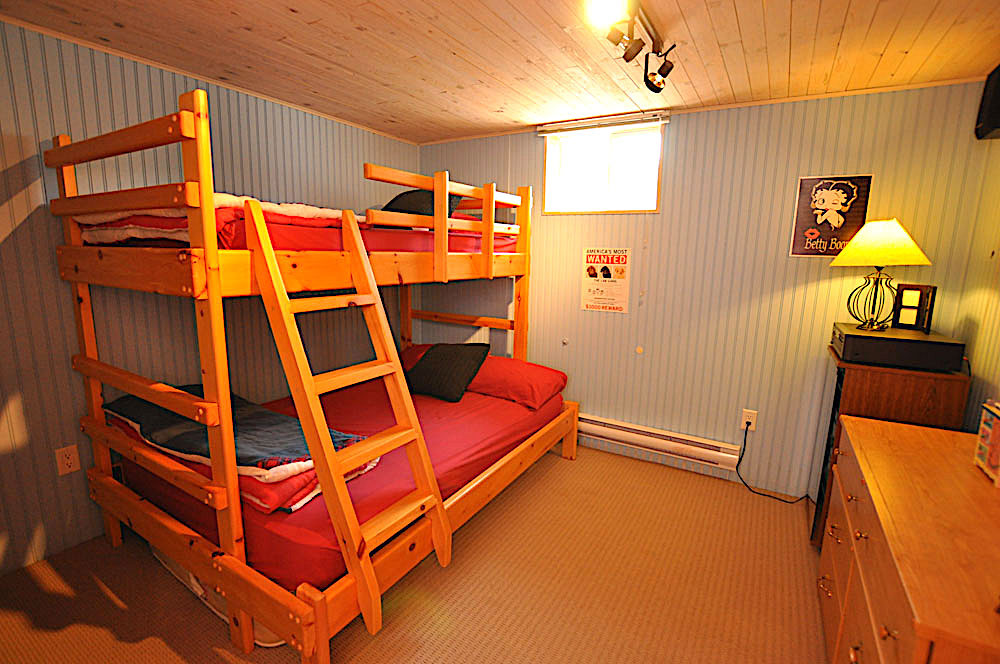 25 Bedroom-6-lower-level-double-bottom-single-top-bunk