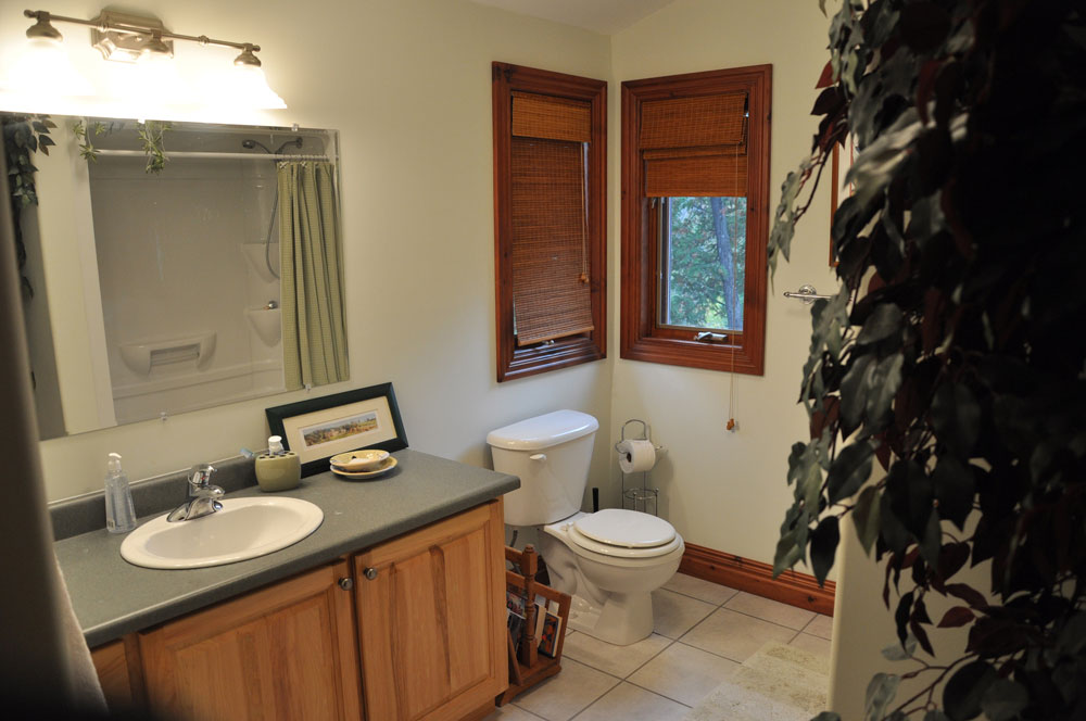 25-Upper Bathroom with tub & shower