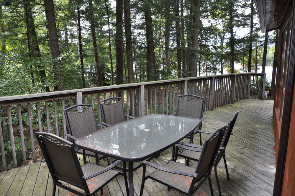 11-Side-deck-dining-area